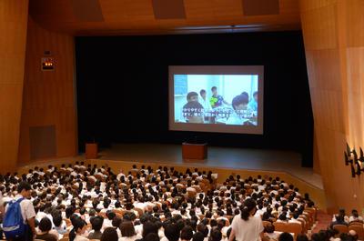 説明会前には、本校の授業の様子が動画で紹介されました。