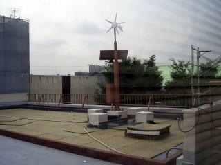 風力と太陽光発電装置(ソーラーセルは教室の窓桟にも取り付けます)