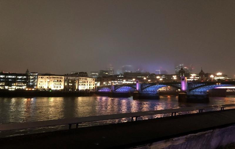 夜のロンドン テムズ川沿い