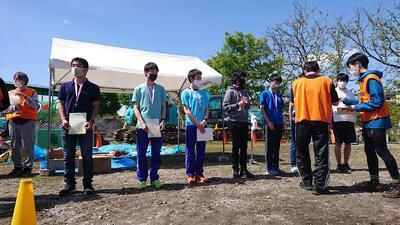 表彰式での諸藤君(左から3人目)と中西君(同4人目)