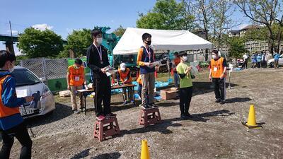 2位で表彰台に上がる吉田君(左)